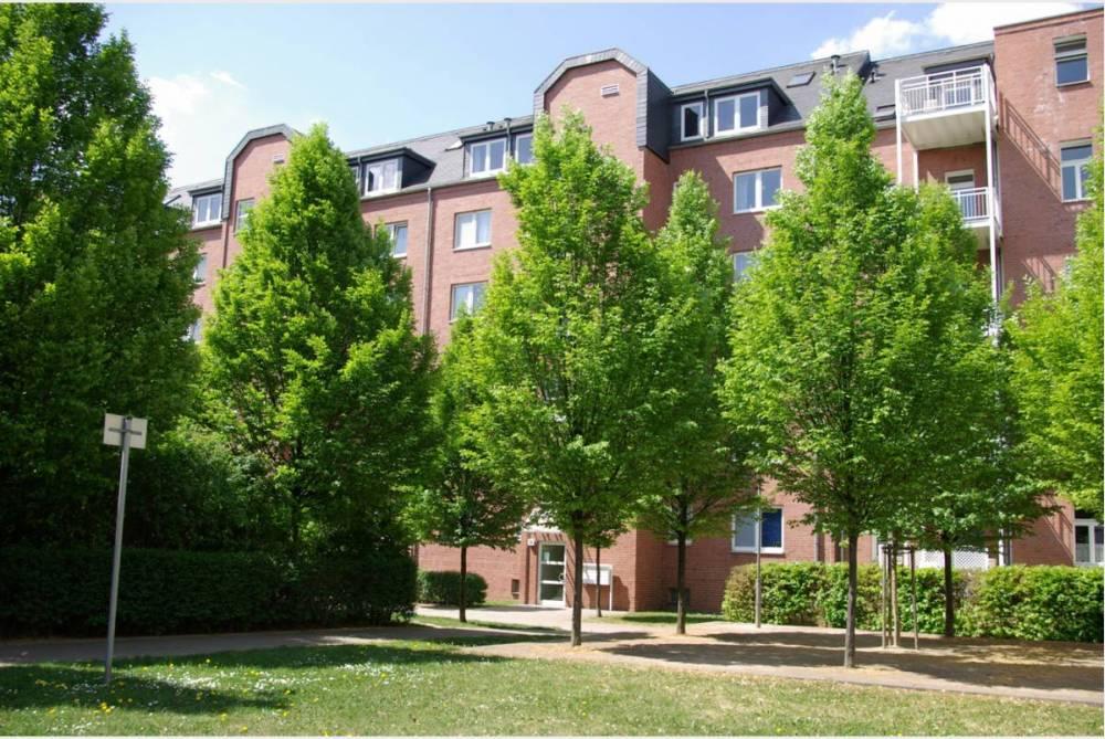 Wohnung mit Balkon und grünem Innenhof