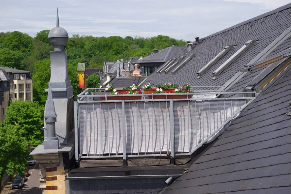 Wohnung mit Parkett und Dachterrasse - idyllischer Innenhof mit Bachlauf